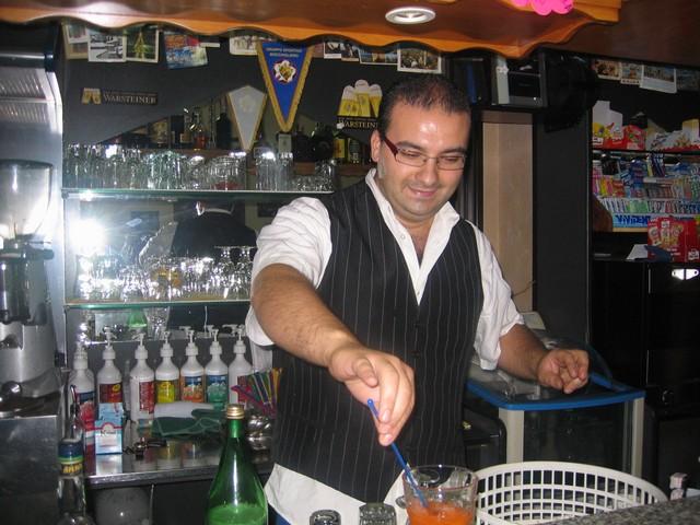 Il barman del bar millennio Nicola Catalano mentre prepara un coctail