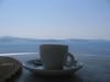 Questo e' il panorama che si vede da Oia mentre prendiamo un caffe' in terrazza.