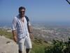 In cammino verso Thira Antica che si trova in cima ad una montagna lo spettacolo della vista sulla cima del monte vale la camminata e sudata che si deve fare per arrivarci