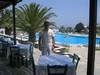Scorcio della terrazza e della piscina dell'hotel dove allogiavamo nel paese di Messaria